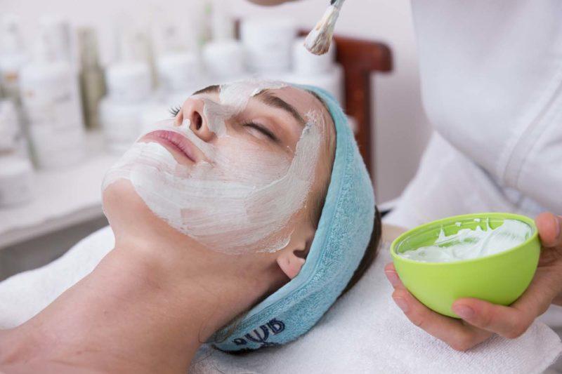 femme allongée pour un soin du visage